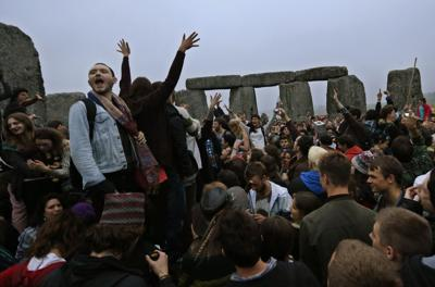 Stonehenge gathering marks summer solstice