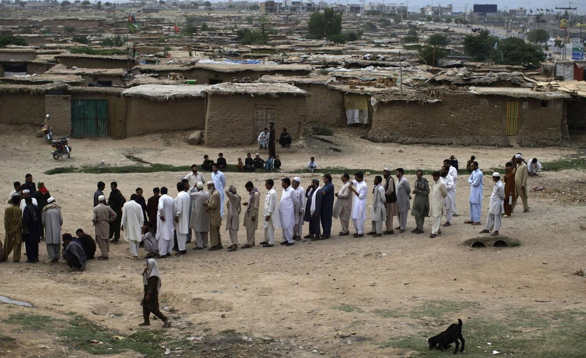 Pakistanis defy violence to vote