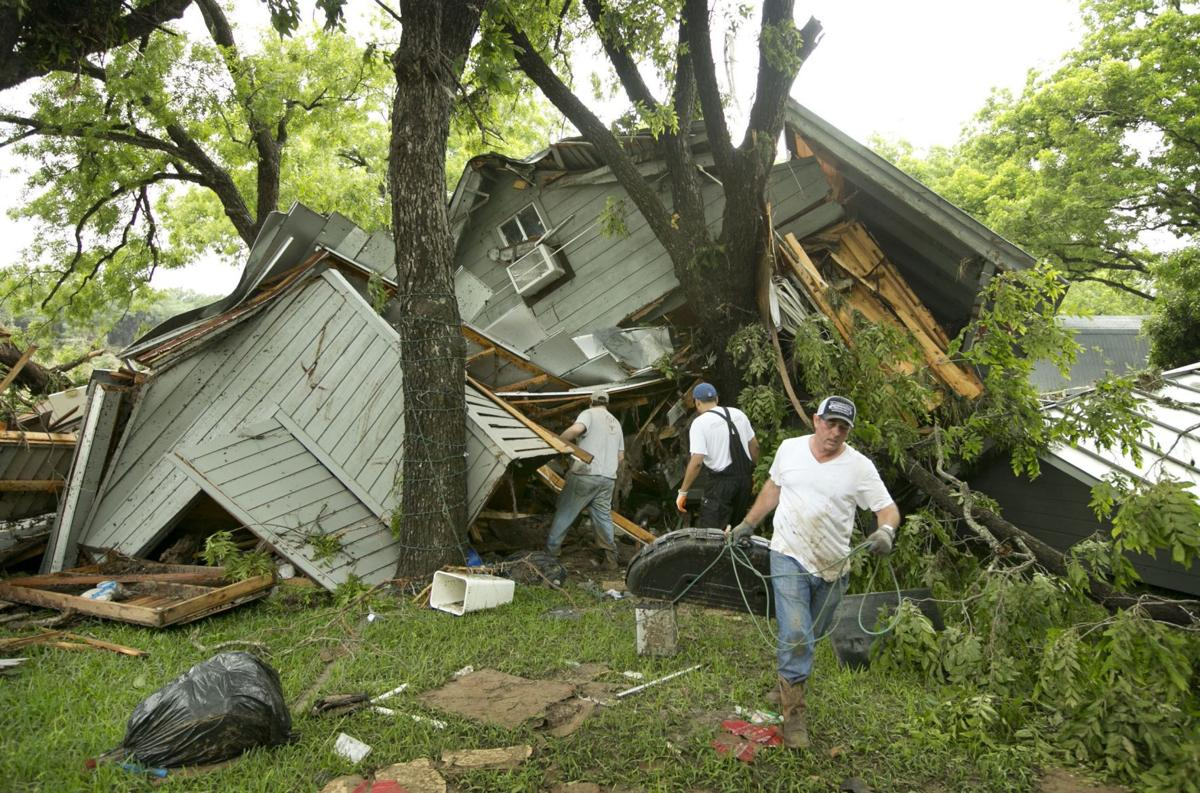 Deadly storms swamp Plains, Midwest, force Texans from homes