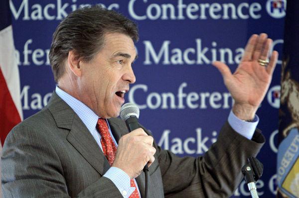 Perry, Romney woo Michigan voters