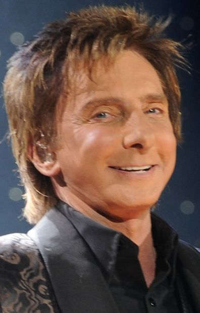 Manilow singing old songs, creating new ones