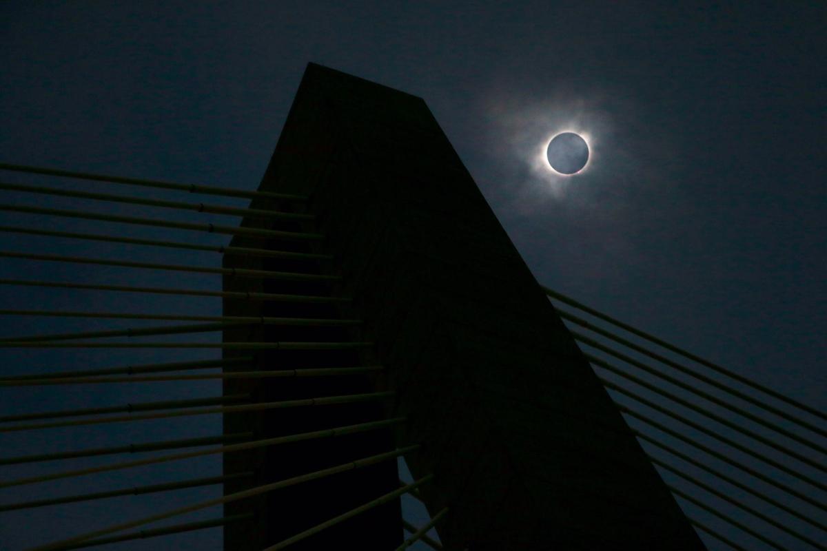 Total solar eclipse Ravenel Bridge