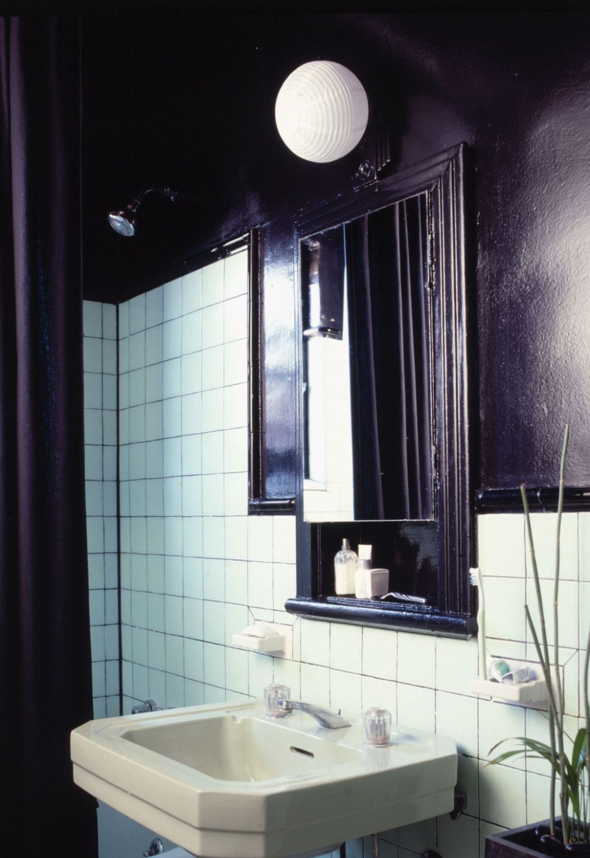 Add some black to update 1950s bathroom