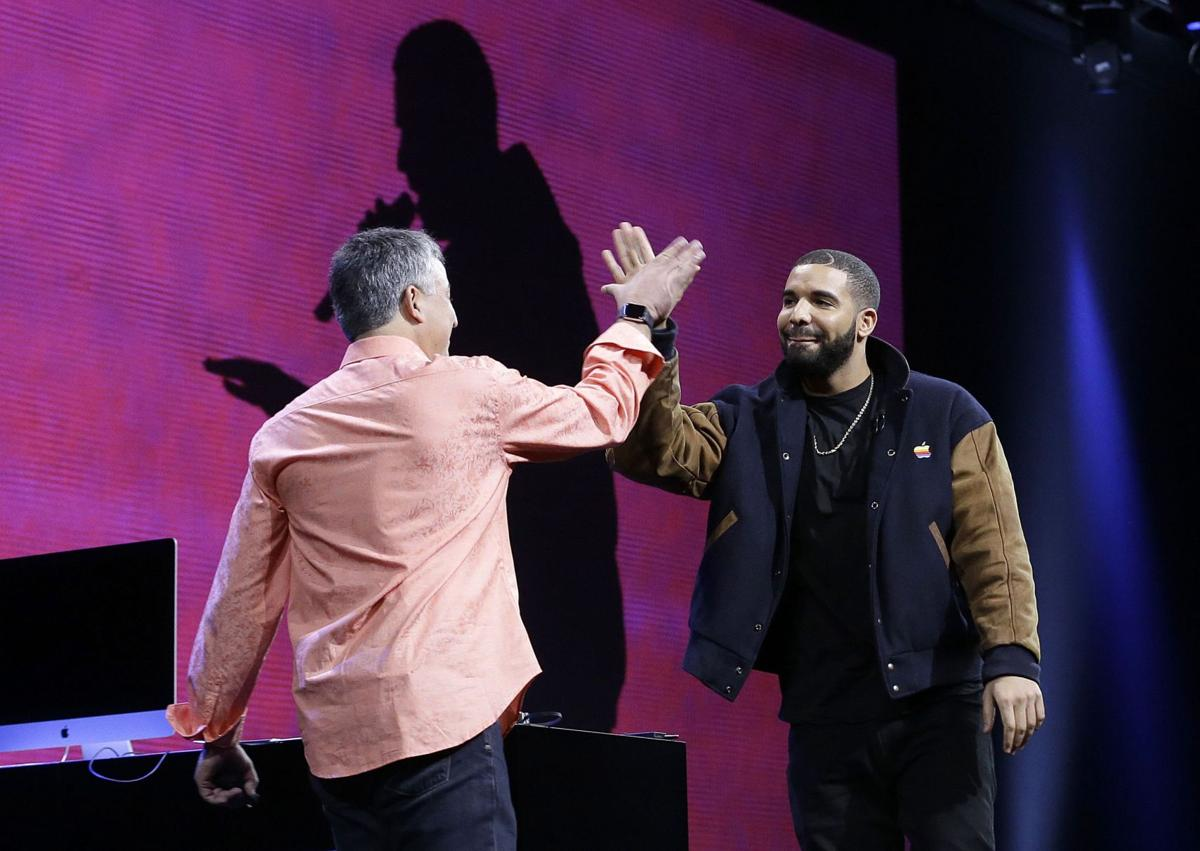 Apple plans streaming music, radio with real DJ