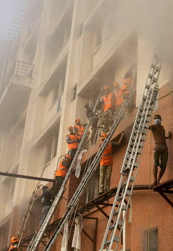 Staff at Indian hospital flees as fire kills 89