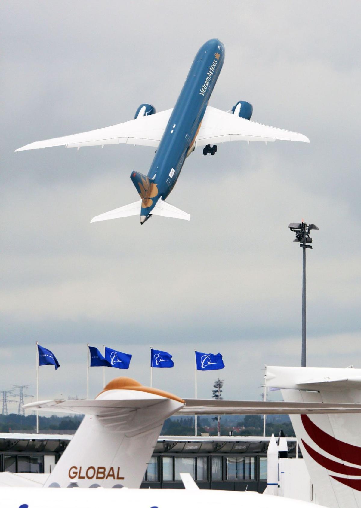 Orders lift Airbus over Boeing in Paris contest