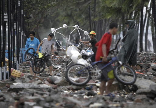 Huge floods in Manila as typhoon hits Philippines
