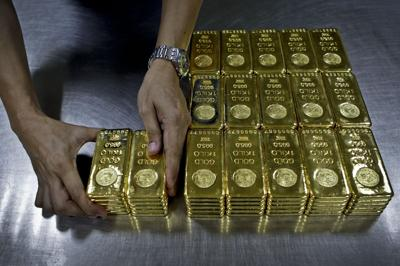 Gold falls to lowest level in five years on dollar strength