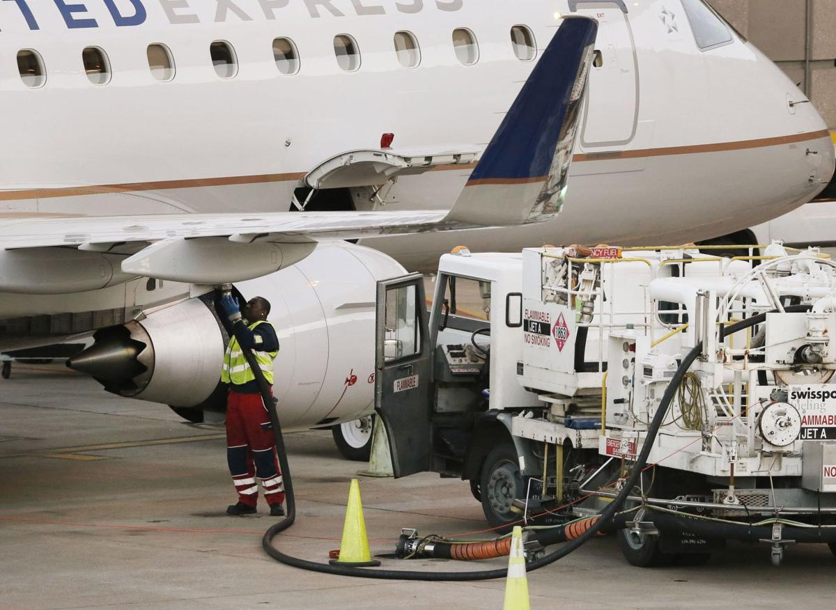 Cheaper jet fuel won't help business, leisure travelers