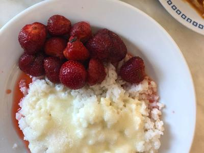 Rice with strawberries, sour cream and sugar