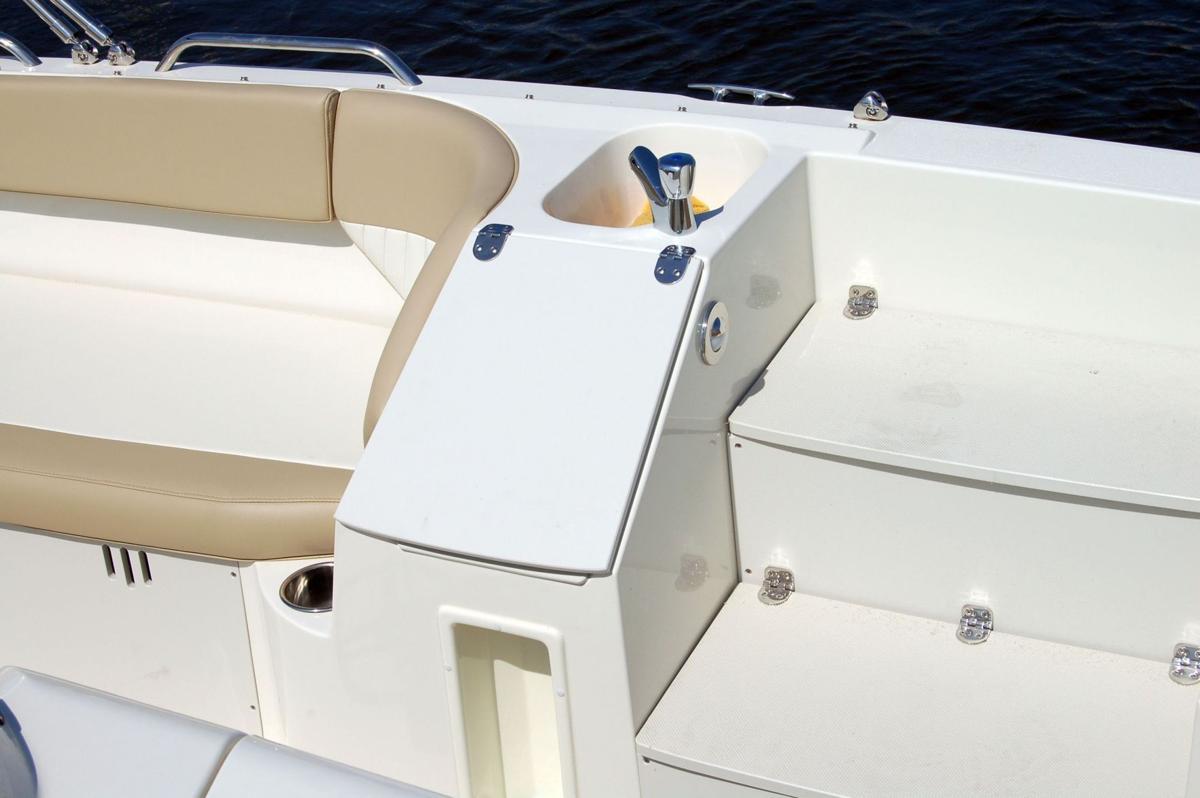 2016 Stingray 212SC deck boat