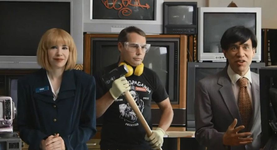 "Shepard Fairey hawks ""Radical Art Supplies"" on 'Portlandia'"