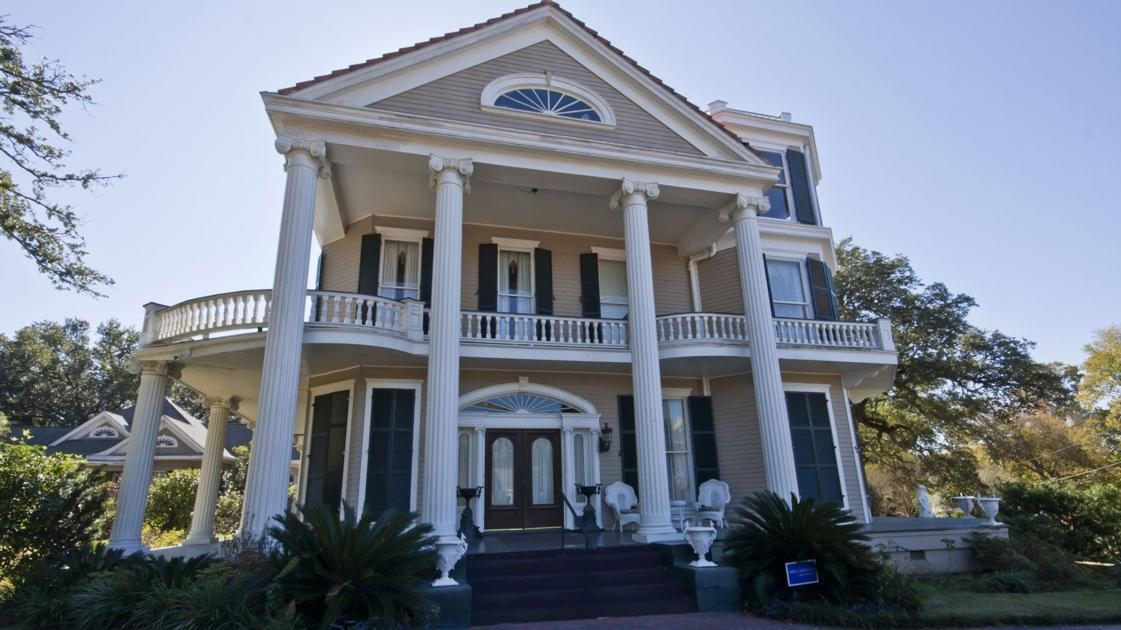 Mississippi mansion for sale provides possible charleston link through worldly interior designer for Interior design schools in mississippi