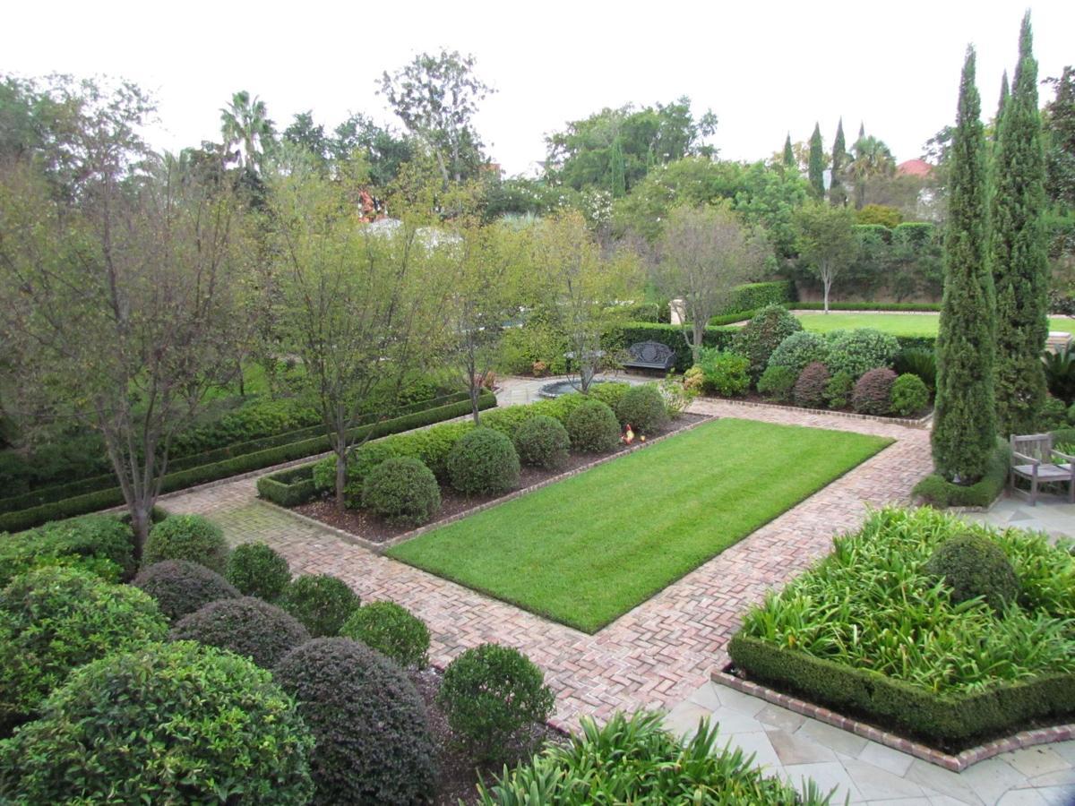Garden charm Montagu Street getaway historic, ornate and cool