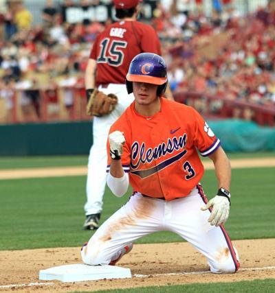 Clemson baseball players support Lee