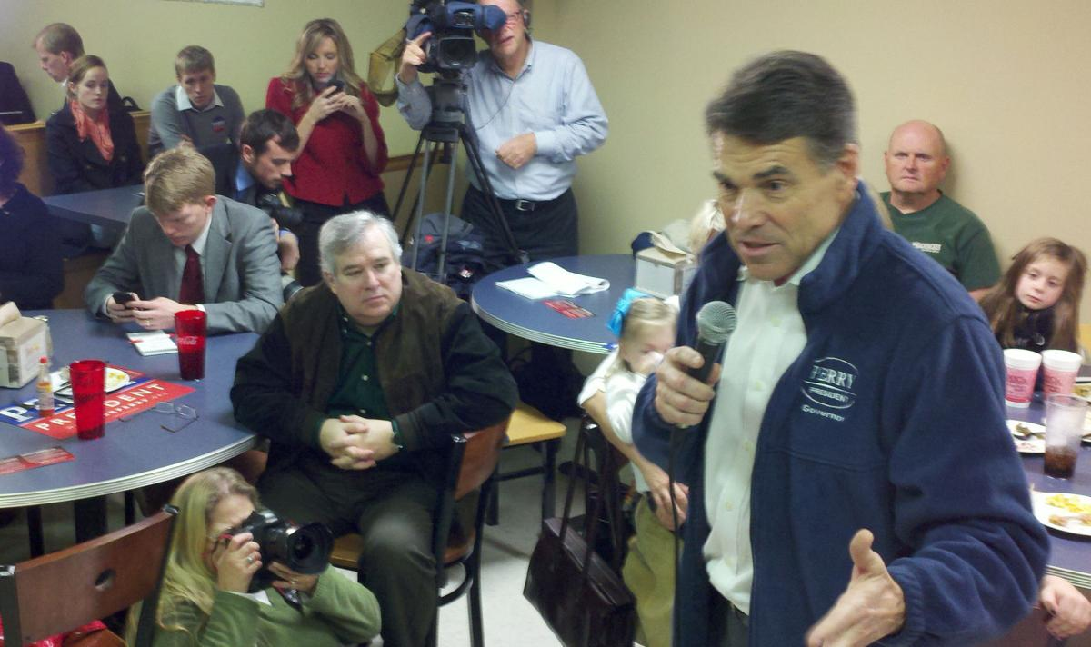 Perry paints himself as outsider during SC campaign stop
