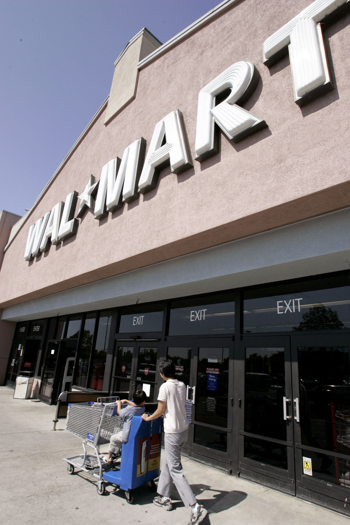 Retail giant Wal-Mart opposed to $6 billion credit card fee settlement