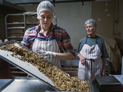 Minnesota entrepreneur turns a friendly favor into a granola business