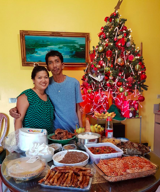 THE DINNER TABLE Chelsea Gonzalezs Parents Pose By Their Lavish Dinner Table On The Night Of Nochebuena A Traditional Filipino Feast Held Christmas
