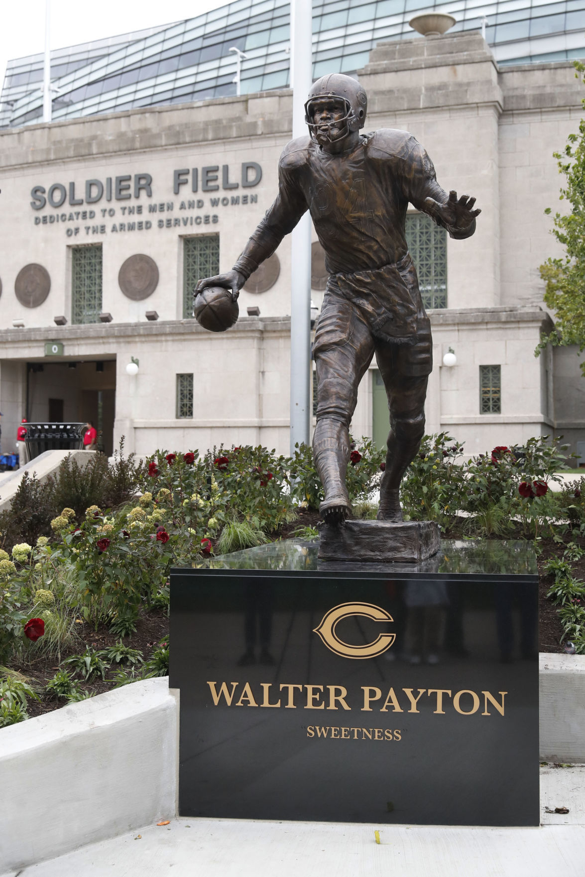 Bears unveil statues of Payton, Halas at Soldier Field