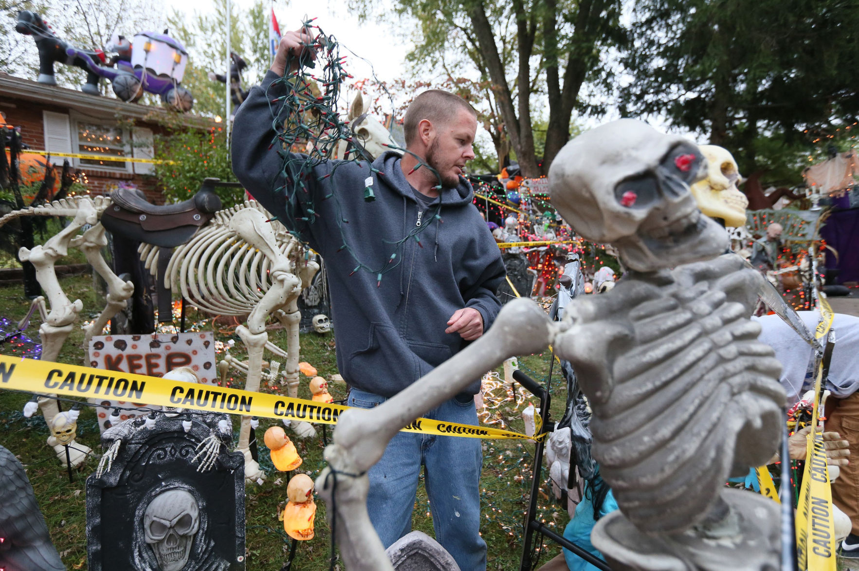Extreme Halloween Decorations Earn Mo Man Bigger Than