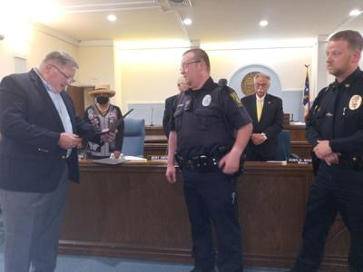 Farmville officers chief receive life saving commendation