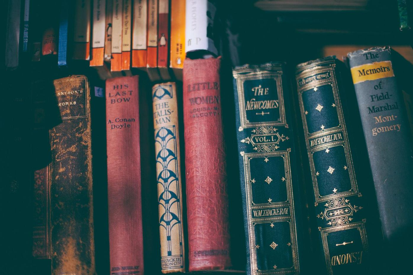 Old_books_on_bookshelf..jpg