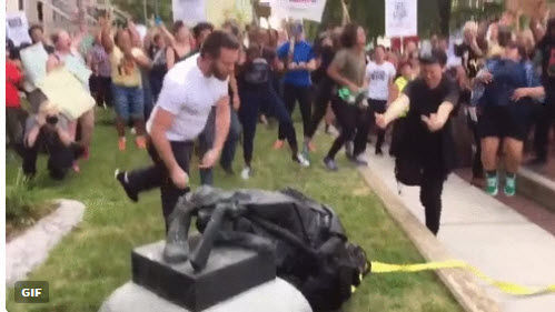 Confederate statute toppled by protesters in Durham - 20170815_WEB_NC