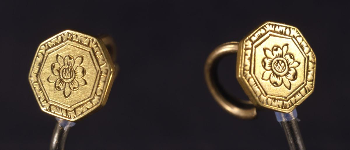 pocahontas dating Pair of gold buttons, attributed to pocahontas, dating from early 17th century octagonal shaped, tiny buttons with a flower design etched in the center surrounded by decorative borders along the edges.