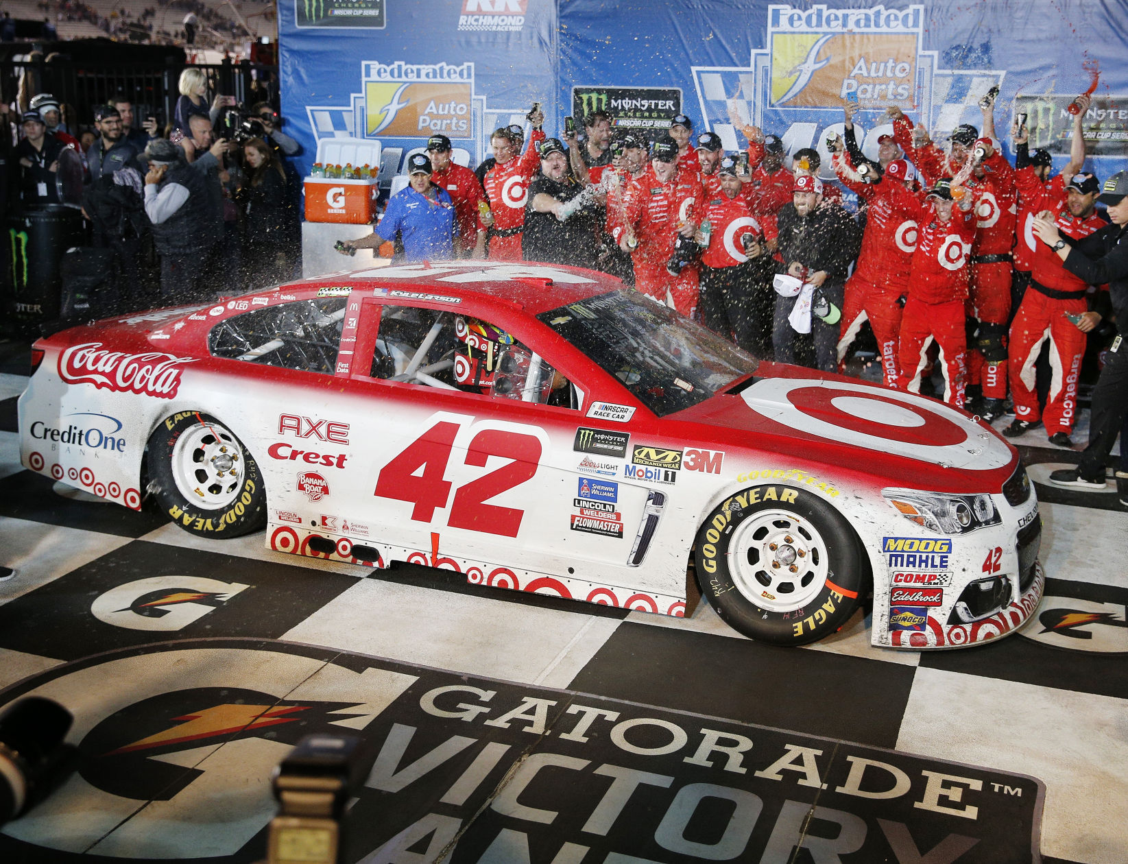 Kyle Larson foils Truex, snags Richmond win in regular-season finale