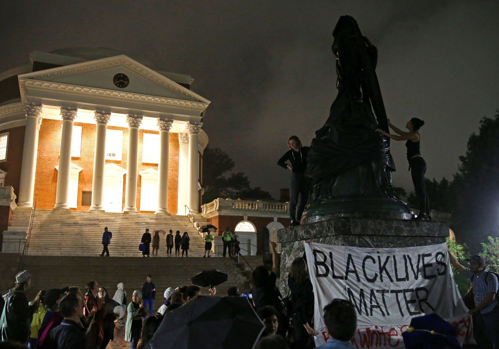 Jefferson statue is shrouding in black in Charlottesville