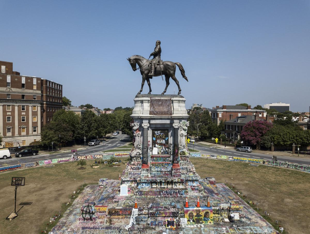 Aerial photo of Robert E. Lee statue on Monument Avenue