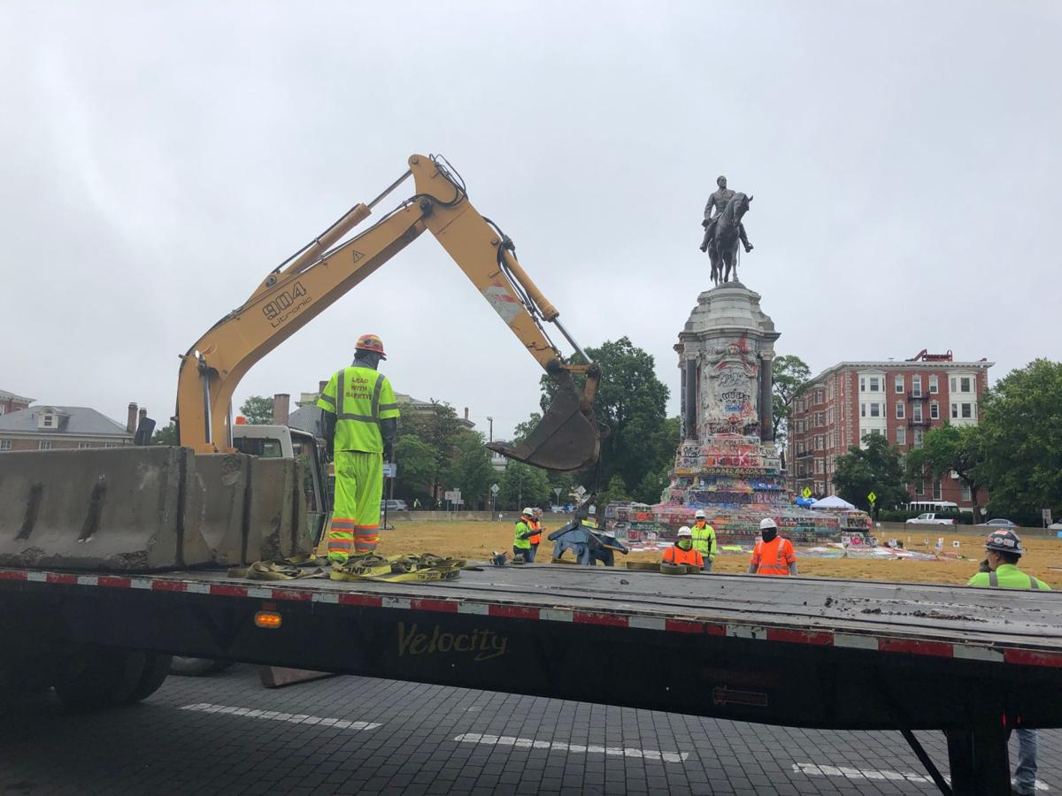 Lee statue barricades