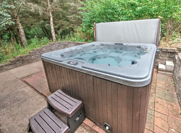 River Falls, Wis. houses with hot tubs for sale