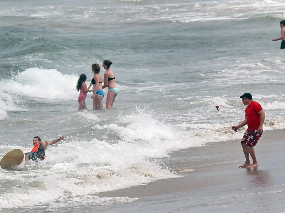 Tourists Settle In For Holiday Weekend On Outer Banks Following Shark Attacks Virginia Roanoke Com