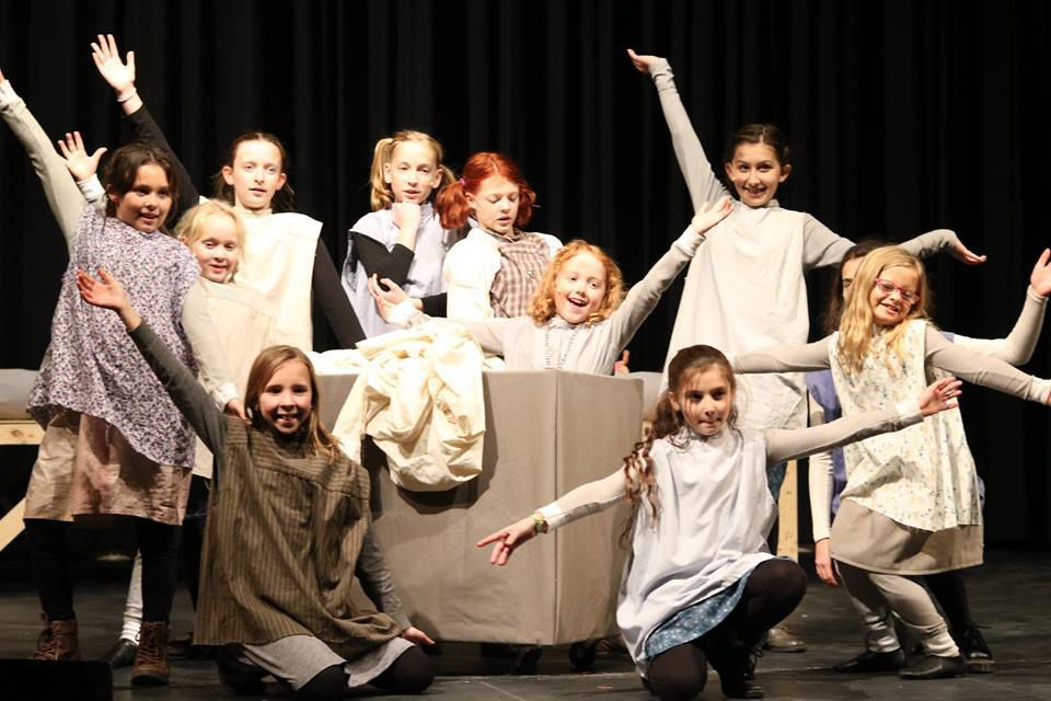 Community Theater Review Large Cast Brings Annie To