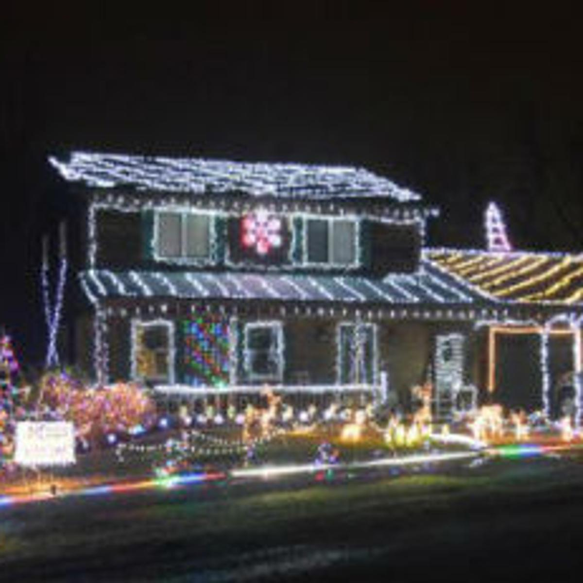 Christmas Lights To Music.Holiday Lights Lights Synchronized To Music On Stearnes