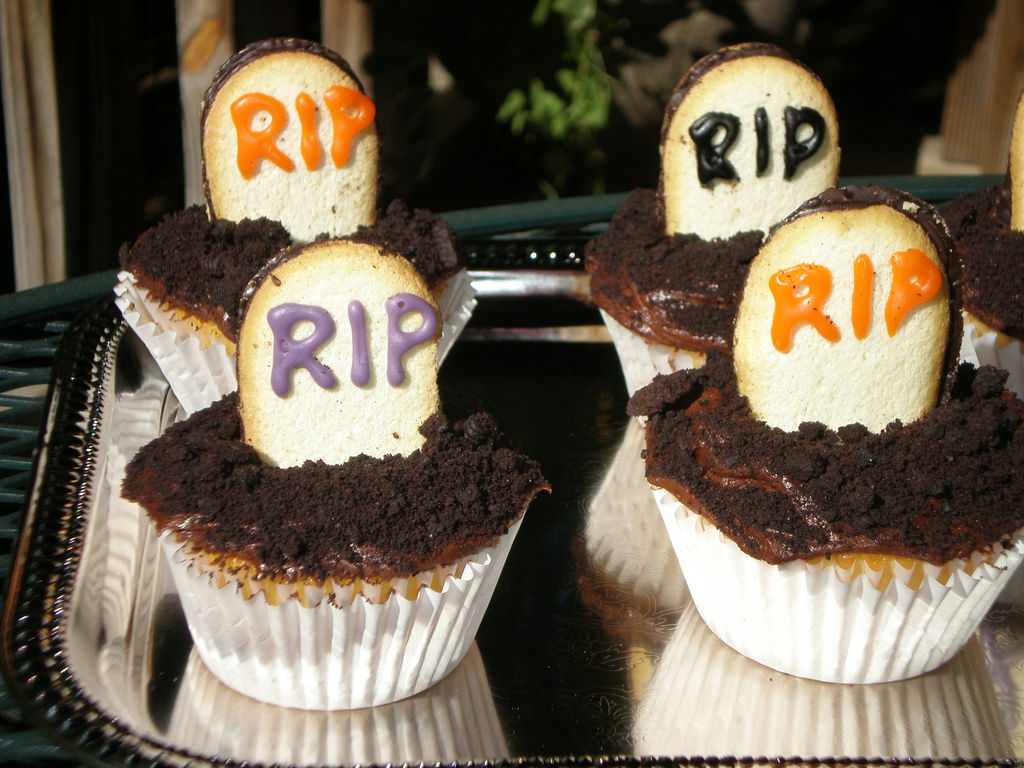 These graveyard cake decorations are to for