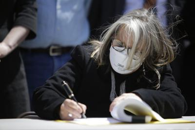 signing2.JPG