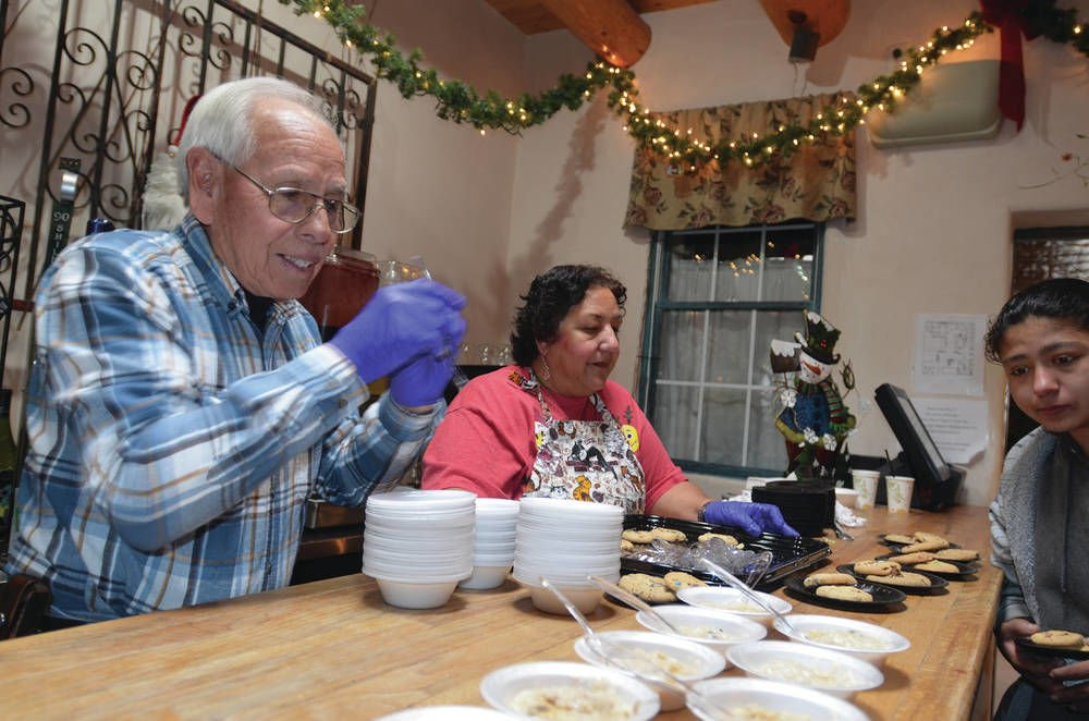 Española restaurants, volunteers give back with Christmas meal