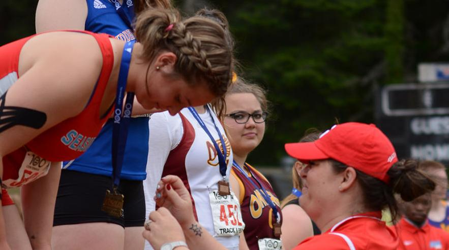 Gretchen Hoekstre receives medal from Krystal Pike