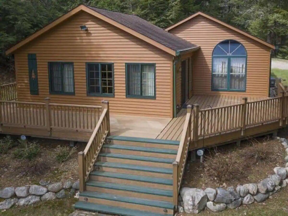 Cozy_Cabin_On_The_Lake_1.jpeg