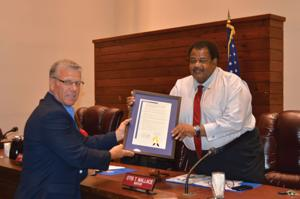 Mayor Otis Wallace receives Award