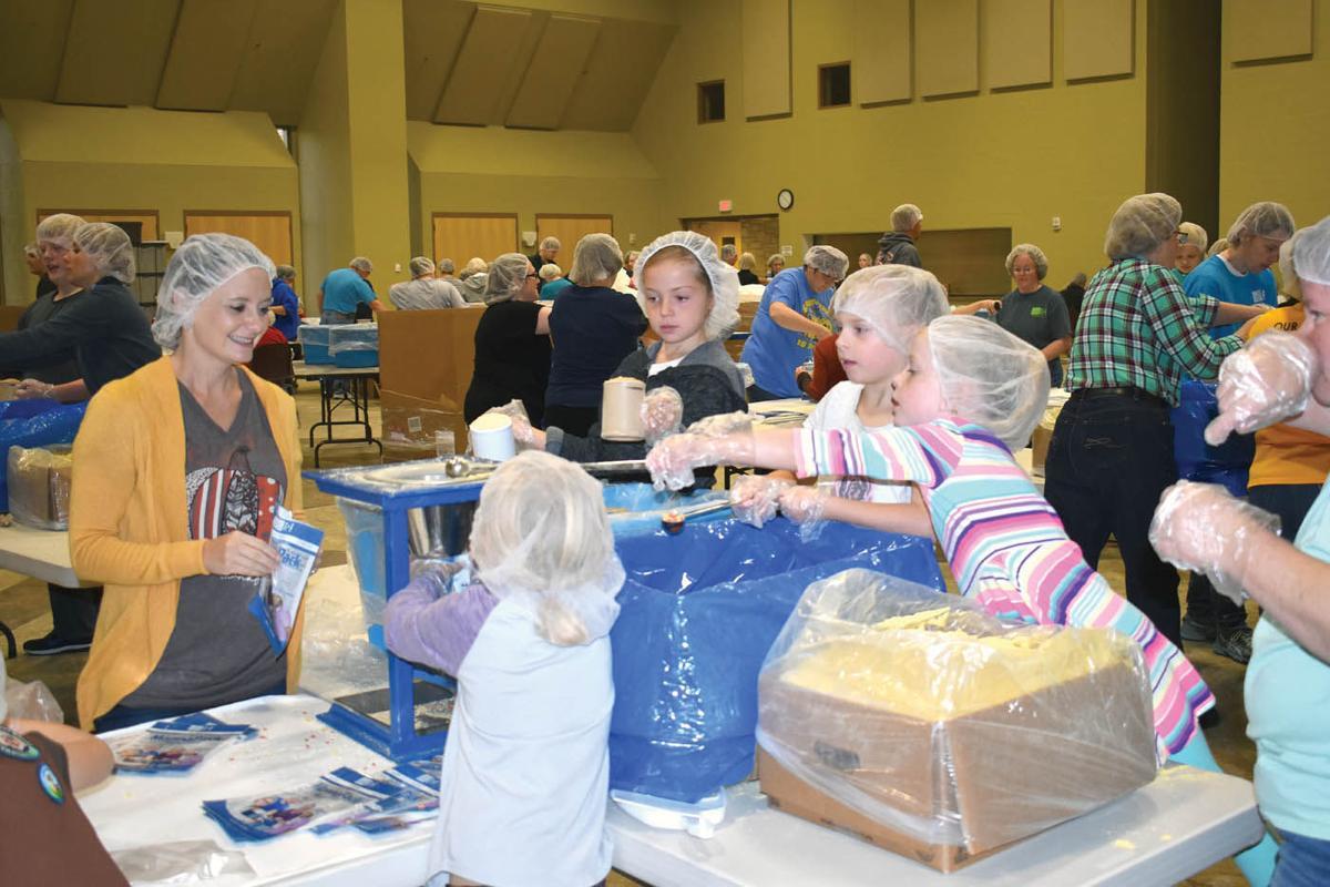 800 volunteers pack food for children