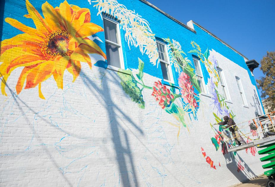 Floral mural brings out Kentucky colors in downtown Frankfort