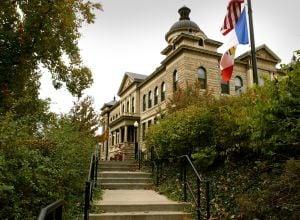 Δημόσια αποκλειστεί από την εκκλησία του Αγίου Καρόλου County κυβέρνηση κτιρίων