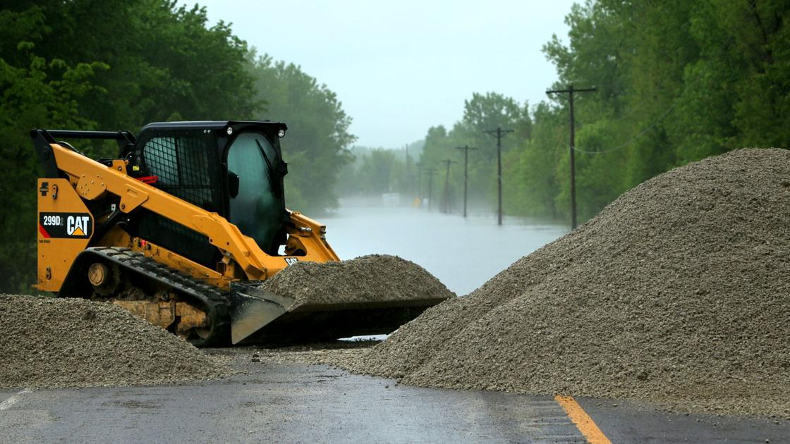 QnA VBage Fast-rising river catches some Mississippi River town mayors by surprise; river closed to shipping