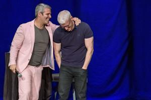 Jungs wollen einfach nur Spaß haben, wie Andy Cohen und Anderson Cooper spielen bei Stifel Theater