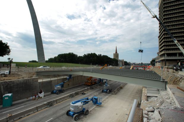 Girders installation connecting the Arch grounds
