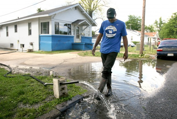 Levee breach lets rivers sweep into floodway to save Cairo, Ill